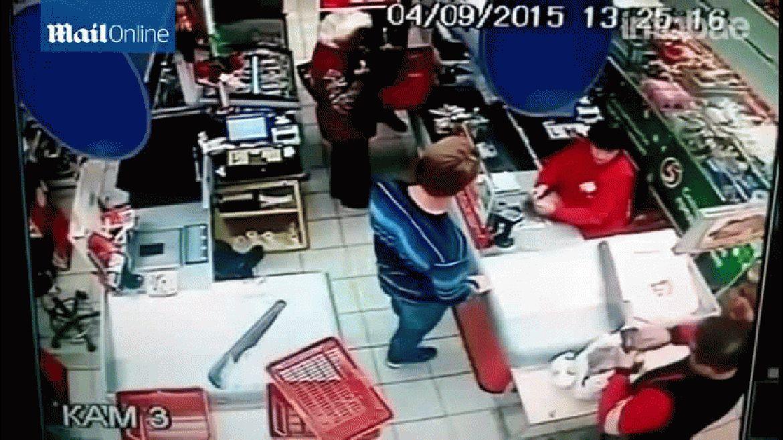 Joven noquea a abuela en Supermercado (Video)